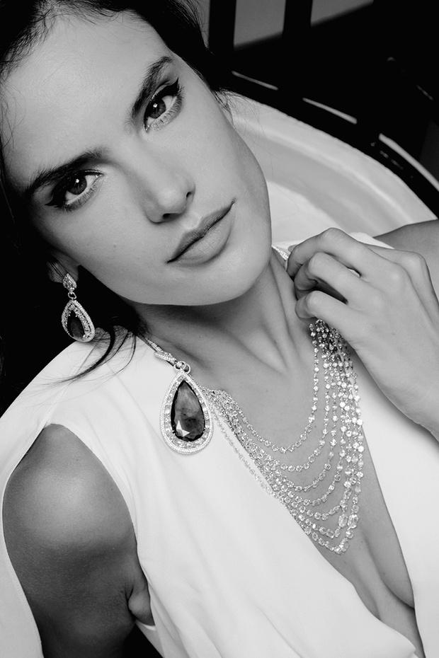 Топ-модель Алессандра Амбросиа; серьги, колье Red Carpet, белое золото, бриллианты, изумруды, все — Chopard