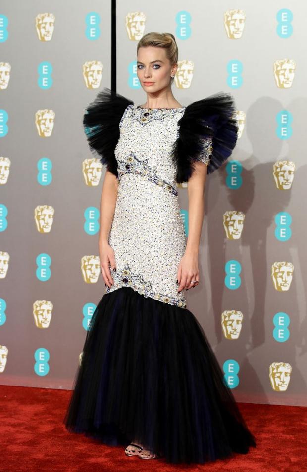 Британский стиль: 9 лучших платьев и 1 смокинг на BAFTA-2019 (фото 9)