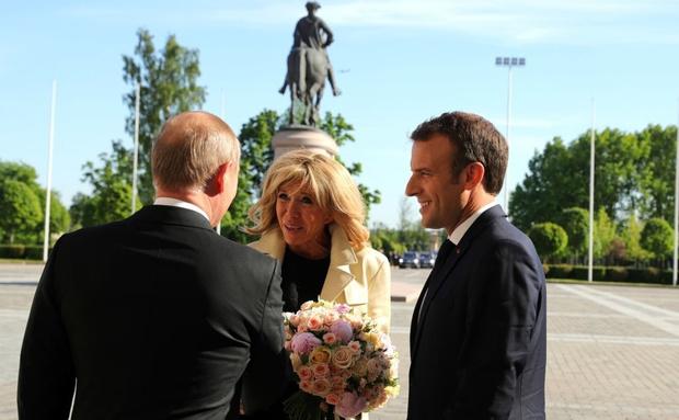 Эммануэль и Бриджит Макрон встретились с Владимиром Путиным (фото 1)