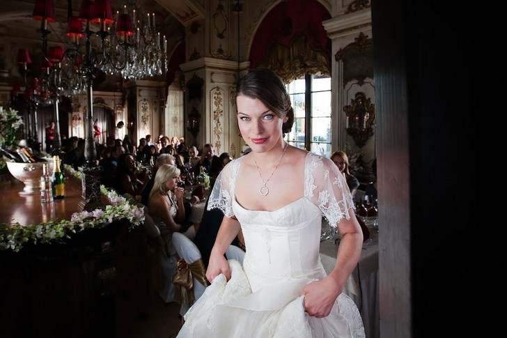 Мила Йовович в платье от Валентина Юдашкина