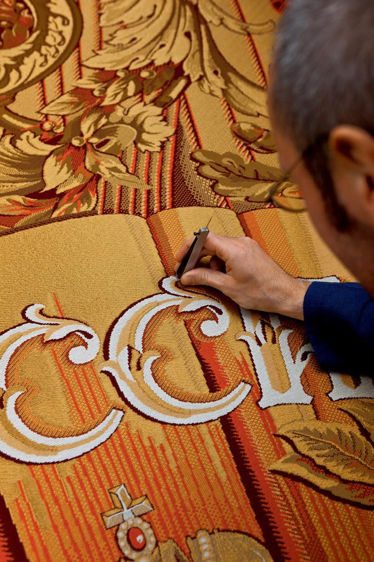 Процесс создания занавеса для исторической сцены Большого театра в Москве. Ткань — дамаст Trevira CS с золотыми нитями.