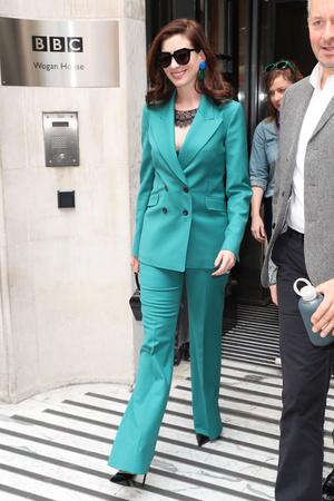 Как носить очень яркий костюм? Как Энн Хэтэуэй (фото 0.1)