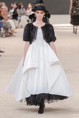 Показ Chanel коллекции сезона Осень-зима 2017-2018 года Haute couture - www.elle.ru - Подиум - фото 624068