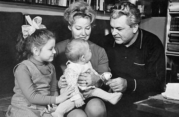 Федор Бондарчук с родителями и сестрой