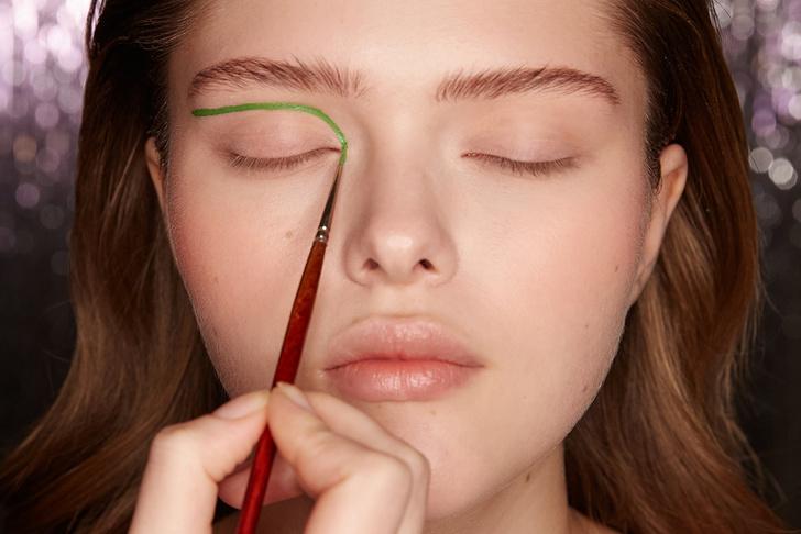 Поэтапная инструкция: 2 новогодних макияжа от визажистов Елены Крыгиной (фото 25)