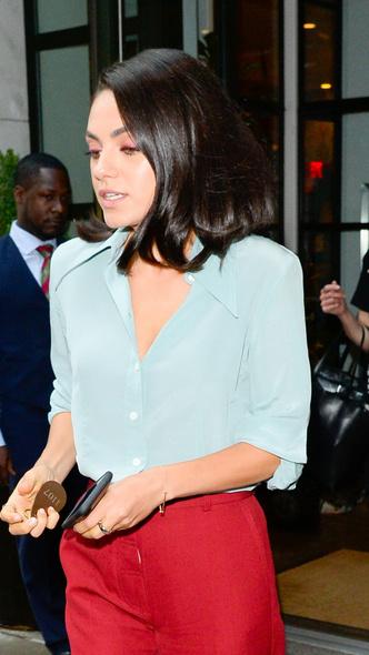 Макияж в тон брюкам и босоножки в горошек: Мила Кунис в Нью-Йорке (фото 2)