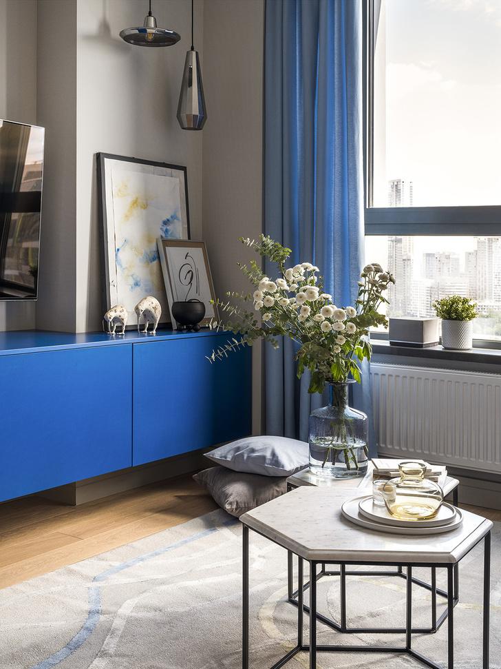 Этюд в синих тонах: двухкомнатная квартира в Москве (фото 2)