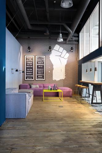 Московский офис в стиле лофт с яркими акцентами (фото 10.1)