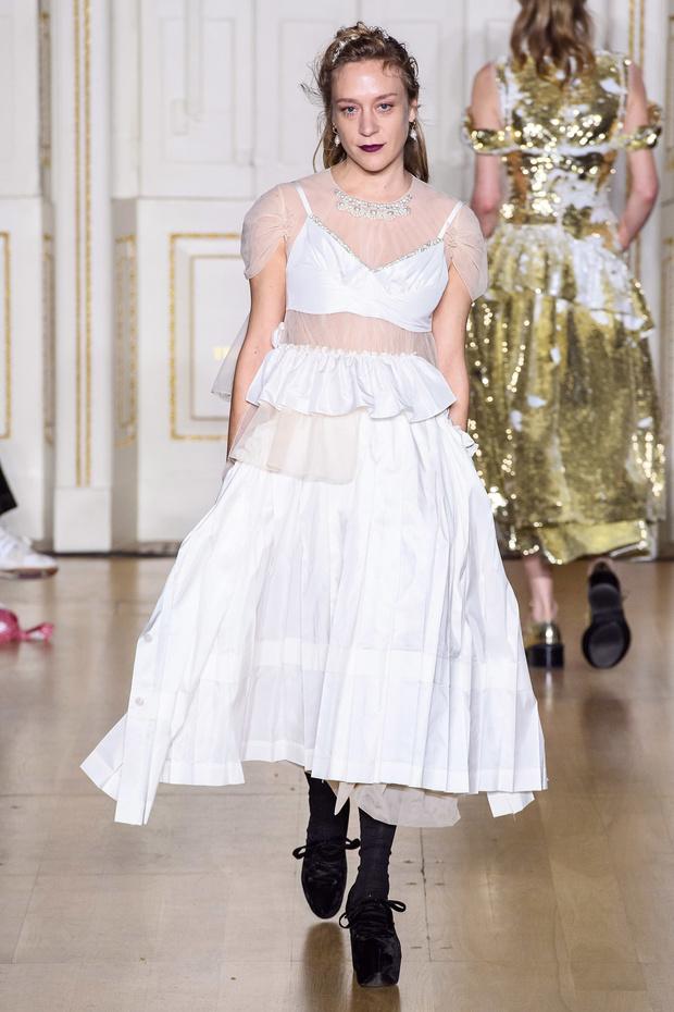 Хлоя Севиньи стала моделью на показе Simon Rocha в Лондоне (фото 0)