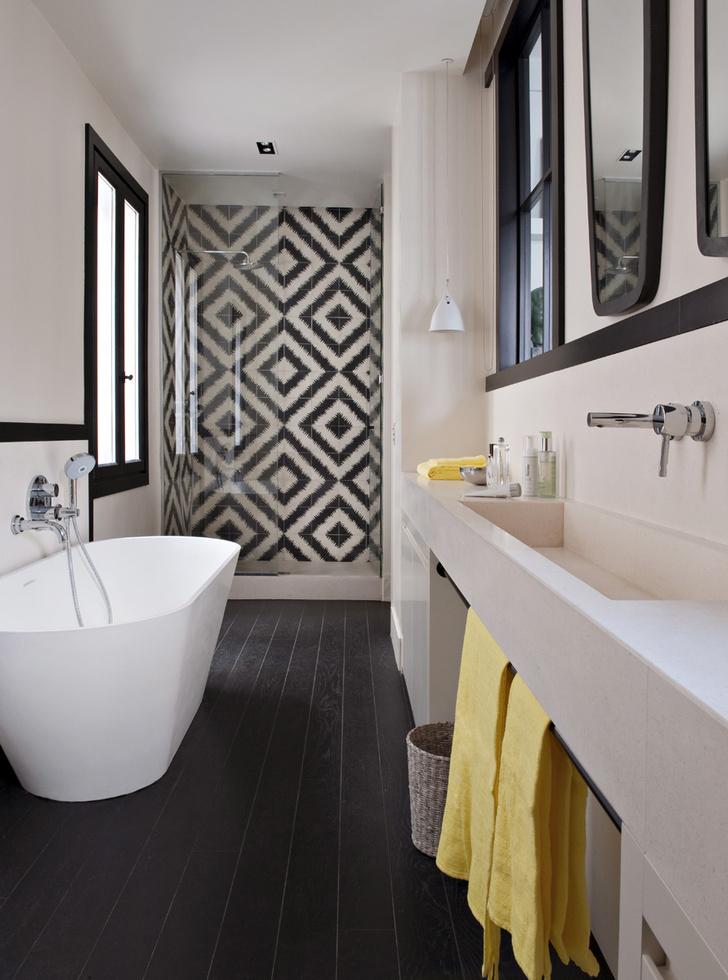 Ванная комната. Стены в душевой выложены цементной плиткой Zigzag, Popham Design. Ванна, Riho. Смеситель, Grohe. Зеркала из коллекции Leka, Caravane.