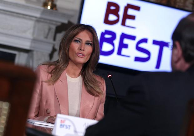 Мелания Трамп в розовом костюме Emilio Pucci на встрече в Белом доме (фото 1)