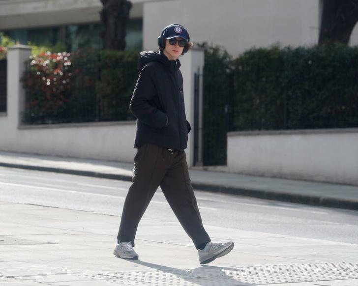 Красивый мальчик: Тимоти Шаламе гуляет по Лондону (фото 3)