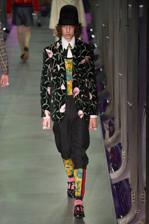 Показ Gucci коллекции сезона Осень-зима 2017-2018 года Prêt-à-porter - www.elle.ru - Подиум - фото 620146