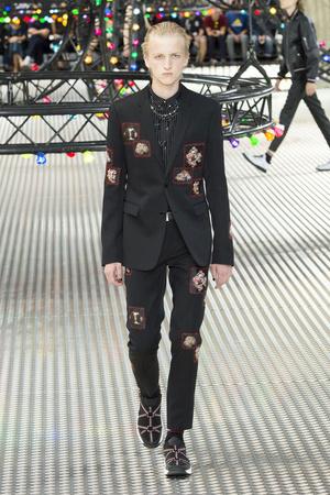 Показ Dior Homme коллекции сезона Весна-лето  2017 года Men prêt-à-porter - www.elle.ru - Подиум - фото 606741