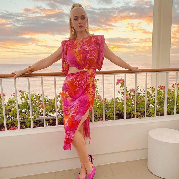 Гавайская вечеринка: Кэти Перри в тропическом платье Versace (фото 1)