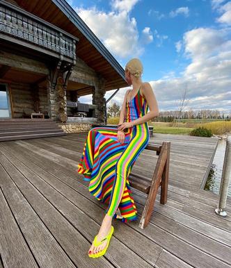 Сланцы и полосы: Ольга Карпуть в ярком платье Y/Project (фото 0.1)