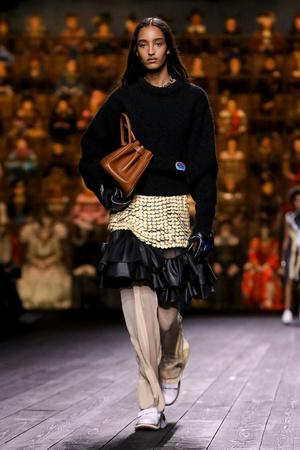 Как носить пуховик с вечерним платьем? Ответ найдете на показе Louis Vuitton (фото 5.1)