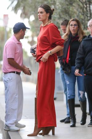 Какая обувь идеально подходит к красному платью? Показывает Алессандра Амбросио (фото 3.1)