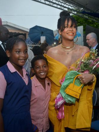 Рианна в желтом платье Hellessy Spring посетила церемонию на Барбадосе (фото 3)