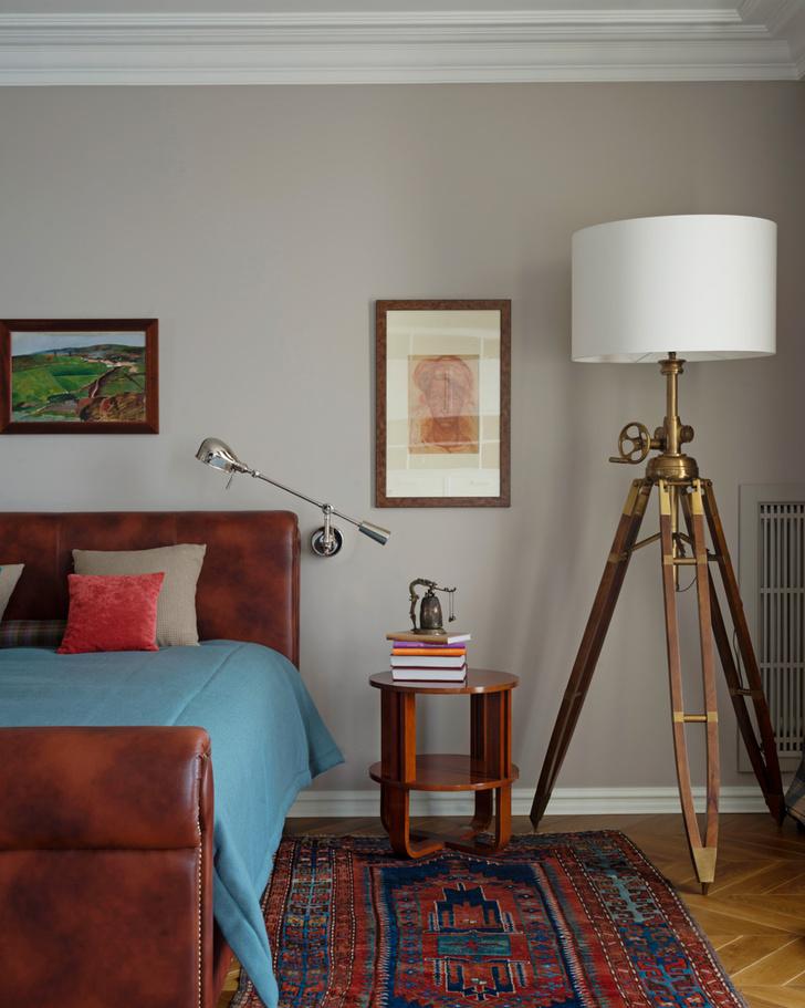 Спальня. Кровать изготовлена мастером А. Громовым по эскизам декораторов. Торшер, Eichholtz. Прикроватный столик, Bolier & Co.