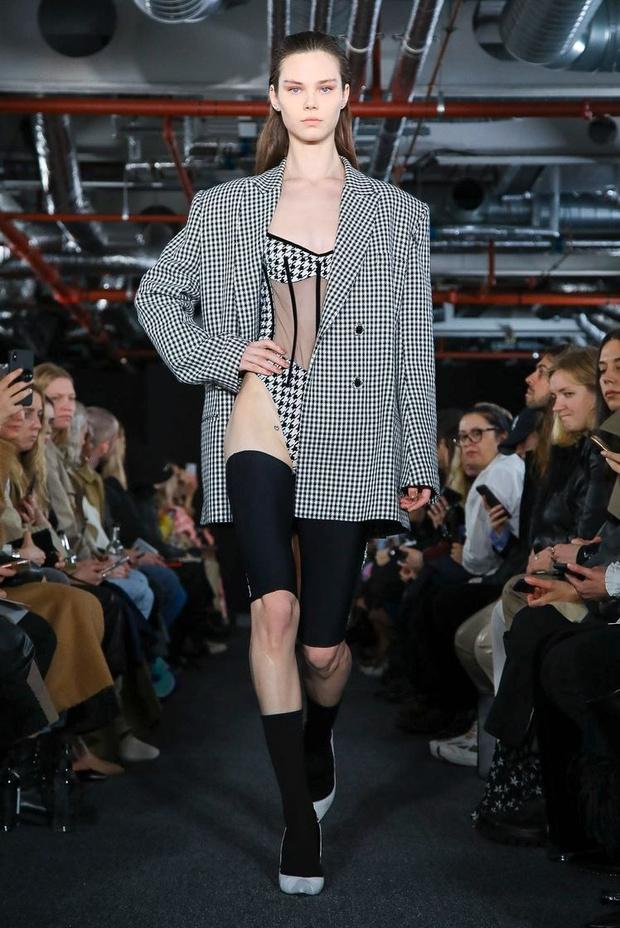 Черный — новый черный: показ David Koma на London Fashion Week (фото 17)