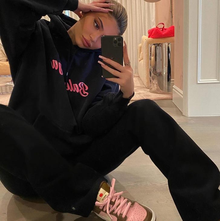 Модное правило Кайли Дженнер: выбирайте кроссовки под цвет принта на худи (фото 0)