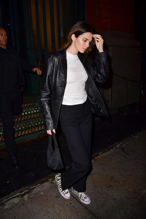 Косуха, брюки, футболка и конверсы: стильный и удобный образ Кендалл Дженнер (фото 1.1)