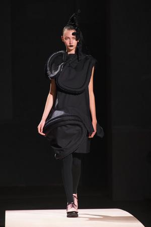 Показы мод Comme des Garcons Весна-лето 2014 | Подиум на ELLE - Подиум - фото 3659