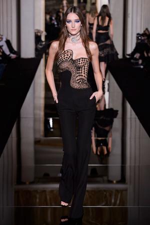 Показ Versace Haute Couture коллекции сезона Весна-лето 2015 года haute couture - www.elle.ru - Подиум - фото 592874