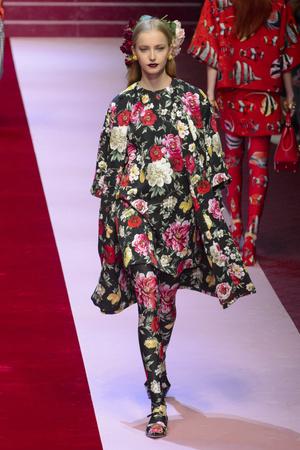 Показ Dolce & Gabbana коллекции сезона Весна-лето 2018 года Prêt-à-porter - www.elle.ru - Подиум - фото 640571