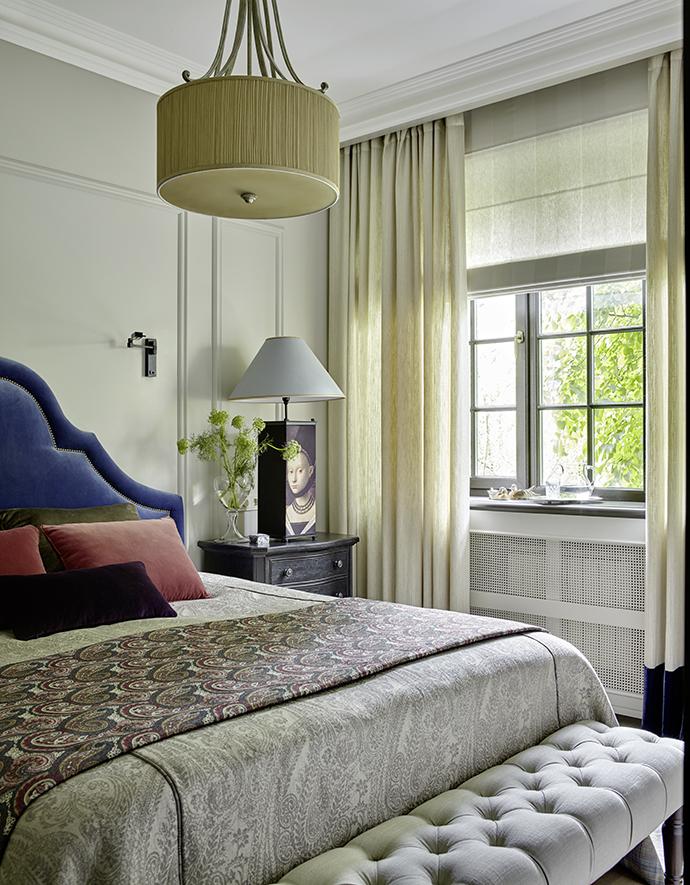 Спальня. Кровать, банкетка, а также весь текстиль изготовлены в Loffilab по эскизам декоратора.