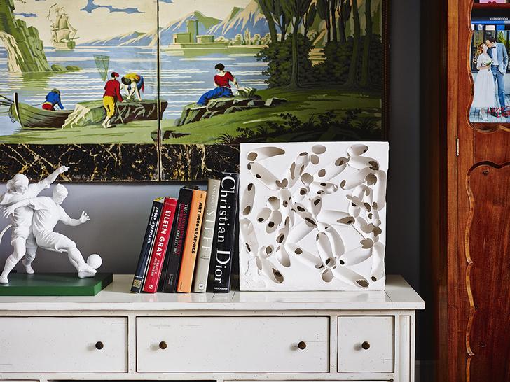 Фрагмент комода в гостиной скульптура «Футболисты», Lladro, рельеф работы Анны Боковой