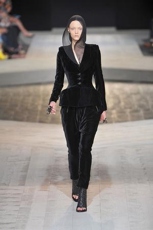 Показ Givenchy коллекции сезона Осень-зима 2009-2010 года haute couture - www.elle.ru - Подиум - фото 87751