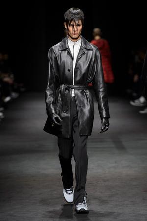 Показ Versace коллекции сезона Осень-зима 2017-2018 года Men prêt-à-porter - www.elle.ru - Подиум - фото 614535