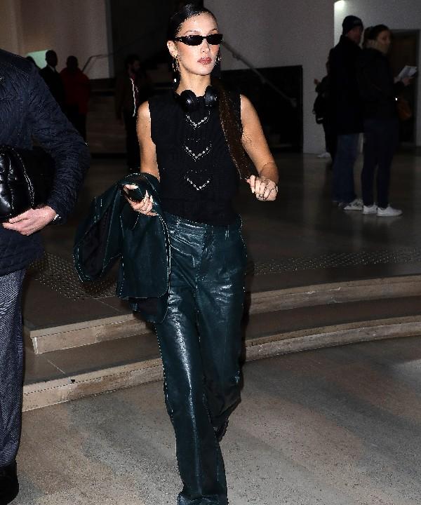 Кожаные брюки + топ без рукавов: мастер-класс от Беллы Хадид