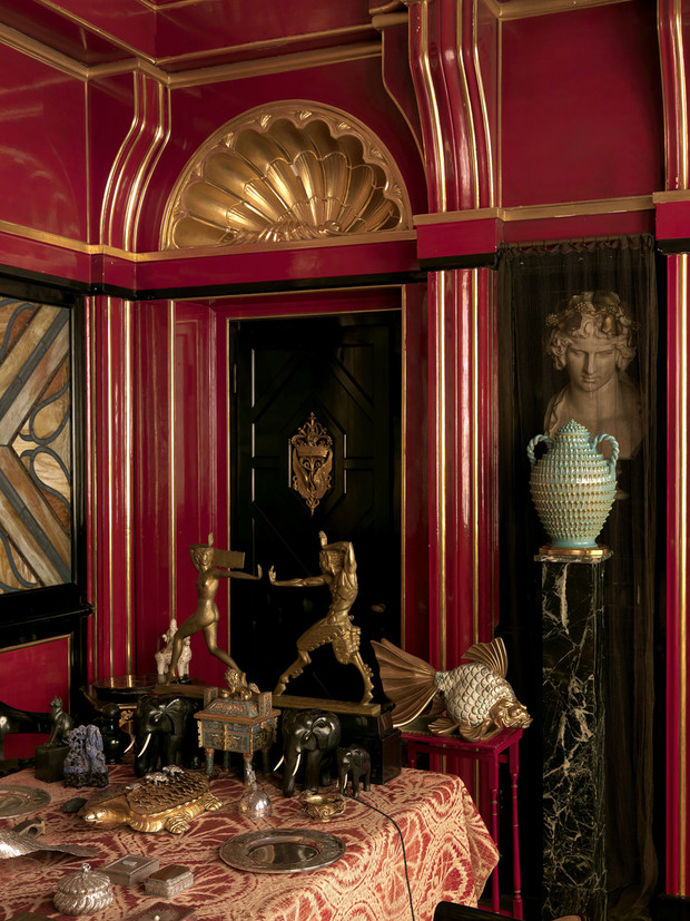 Столовая. В нише — бюст Антиноя работы неизвестного автора. У стены — «Сатир, преследующий нимфу», бронза, скульп-тор Ла Фейгерос, 1925 год.
