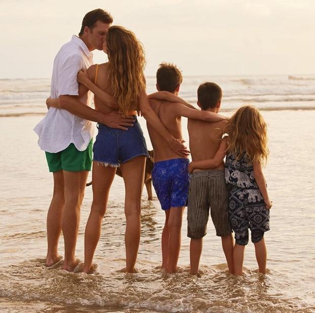 Семейное фото: кто третий ребенок на снимке Жизель Бюндхен? (фото 2)