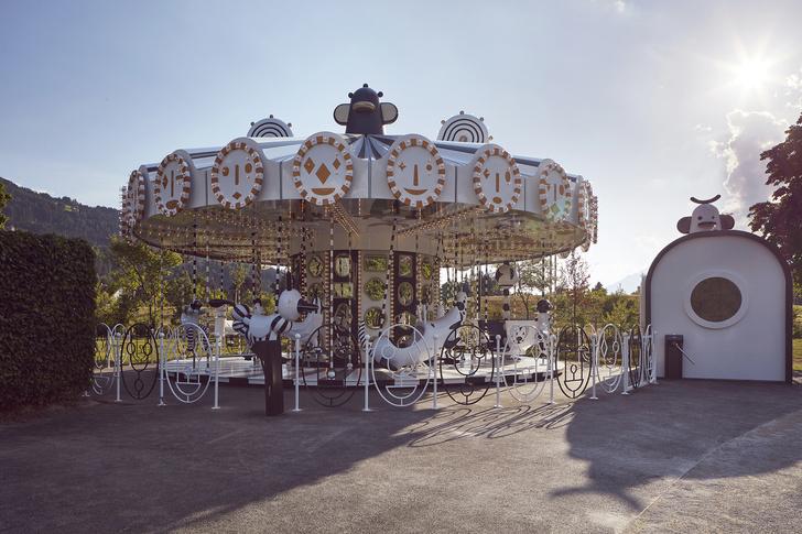 Карусель по дизайну Хайме Айона в музее  Swarovski Kristallwelten (фото 10)