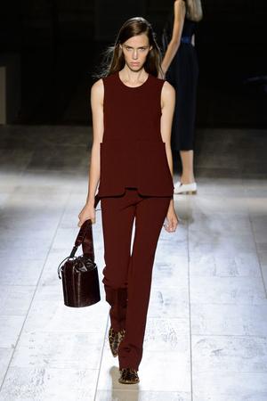 Показы мод Victoria Beckham Весна-лето 2015 | Подиум на ELLE - Подиум - фото 4067