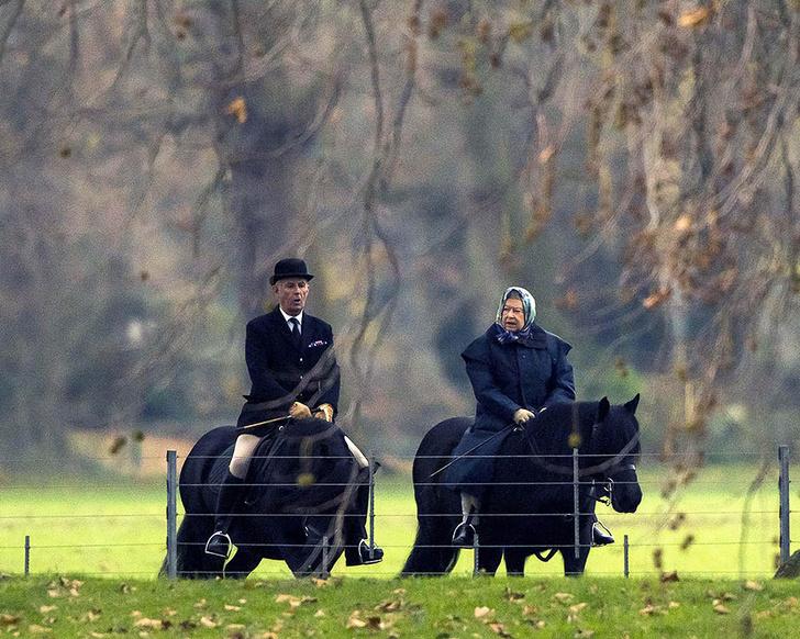Фото дня: королева Елизавета II на конной прогулке (фото 2)