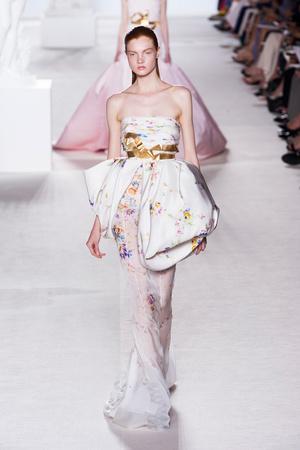 Показ Giambattista Valli коллекции сезона Осень-зима 2013-2014 года Haute couture - www.elle.ru - Подиум - фото 556443