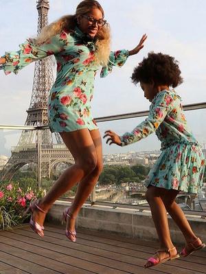 Дочки-матери: Бейонсе и Блю Айви в платьях Gucci в Париже (фото 2)