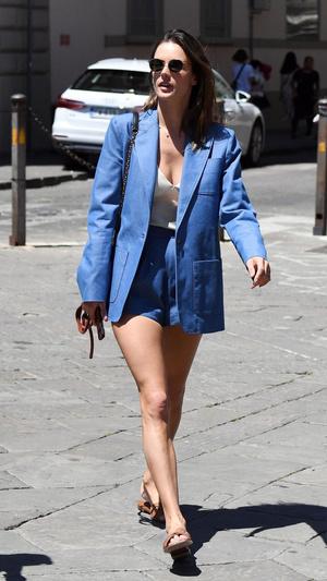 Шорты + длинный блейзер: Алессандра Амбросио в пыльно-синем костюме (фото 1.2)