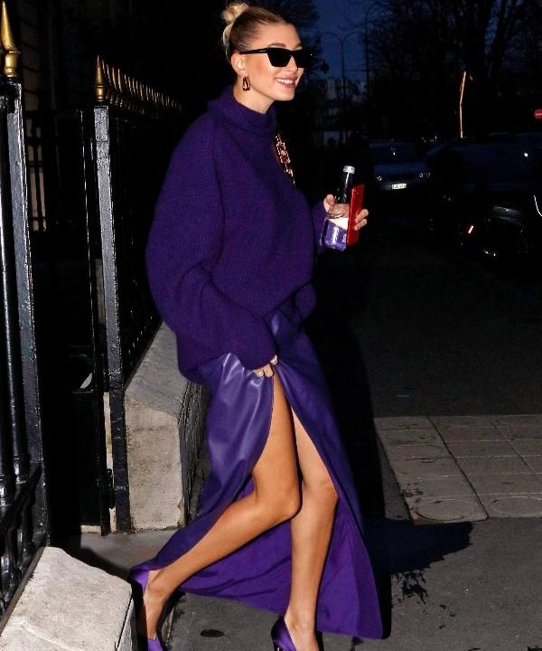 Богемный Париж: Хейли Бибер показывает, как сочетать вязаный свитер и кожаную юбку, чтобы выглядеть элегантно