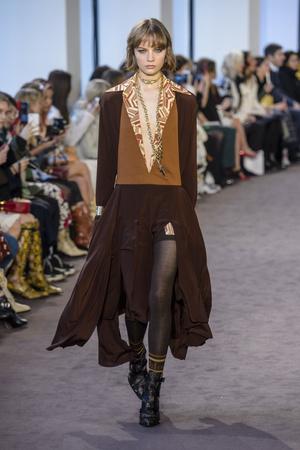 Показы мод Chloé осень-зима  2018-2019 | Подиум на ELLE - Подиум - фото 6931