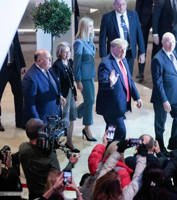 Жакет и блуза в оттенках одного цвета: Иванка Трамп на форуме в Давосе (фото 3)