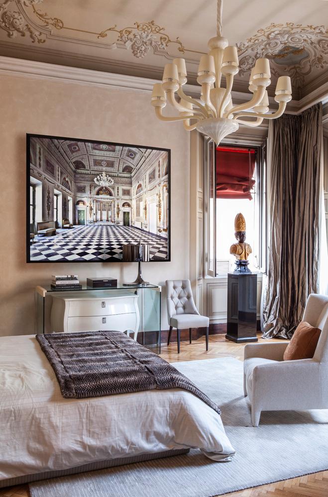 Спальня. Кровать Cameo, кресло Laetizia, комод Canova и стеклянная консоль, люстра муранского стекла Via Lattea и ковер Tigri, все — Fendi Casa. На стене фотография Массимо Листри.