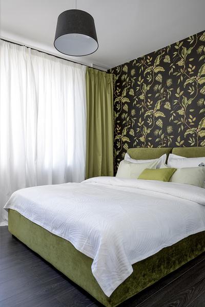 Спальня в квартире, оформленной декоратором Ириной Лаврентьевой. Кровать, Dream Land. Обои, Chesapeake, коллекция Grand Estate.