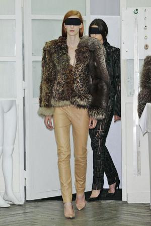 Показы мод Maison Martin Margiela Осень-зима 2010-2011 | Подиум на ELLE - Подиум - фото 2698