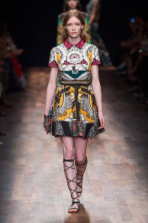 Показы мод Valentino Весна-лето 2015 | Подиум на ELLE - Подиум - фото 4213